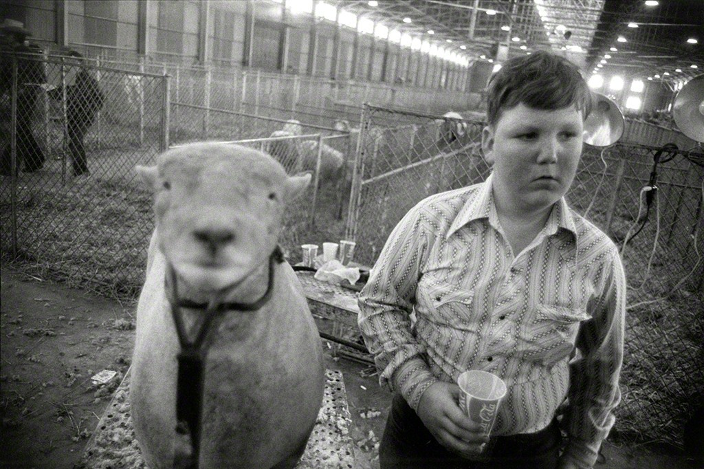 Fort Worth, Texas, 1975 © Garry Winogrand . Sumber : Artsy.net