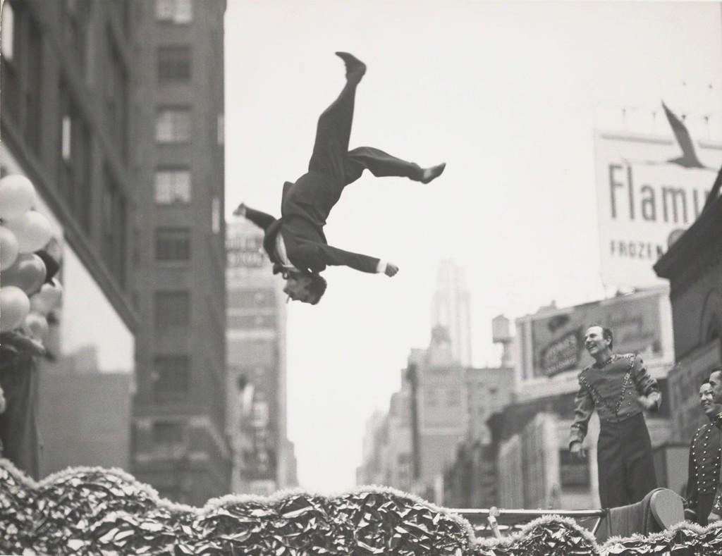 New York, 1955 © Garry Winogrand . Sumber : Artsy.net