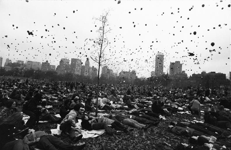 Peace Demonstration, Central Park, New York, 1970 © Garry Winogrand . Sumber : Artsy.net